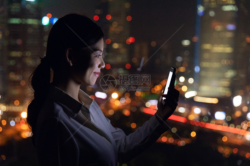 女性夜景人像图片