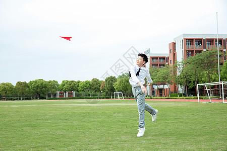 初中男生操场飞纸飞机图片