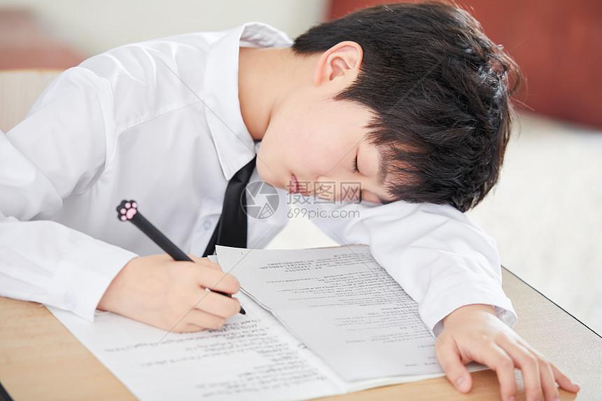 小学生教室休息图片