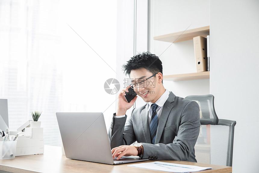商务男士工作打电话图片
