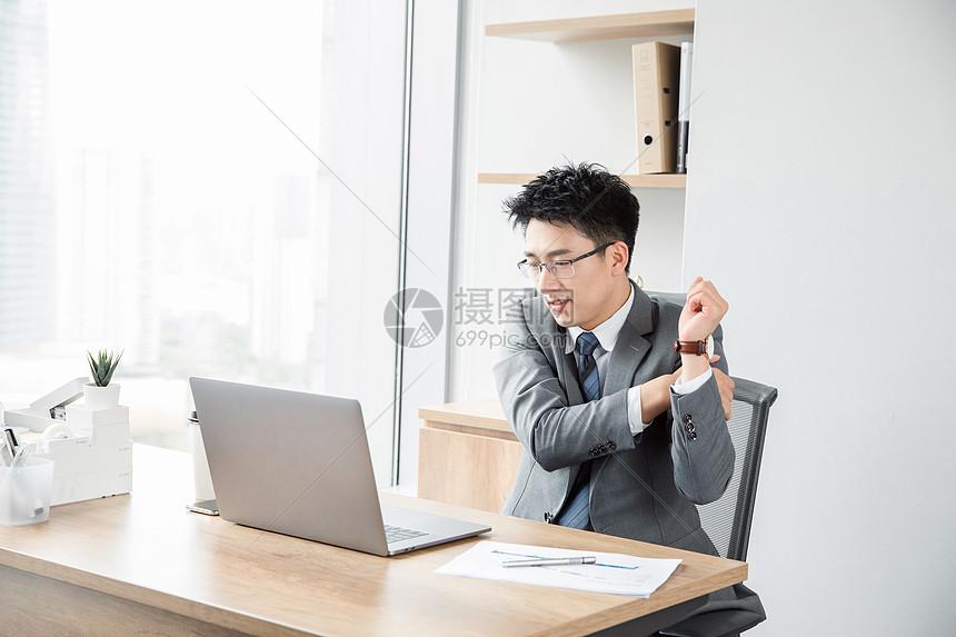 商务男士活动肩颈图片