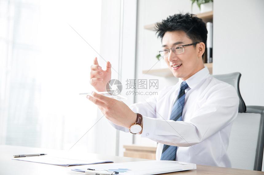 商务男士工作未来科技触控图片