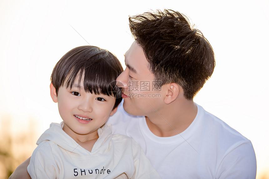 父子亲密相伴图片