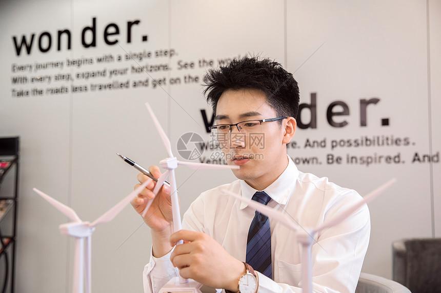 商务男性思考图片