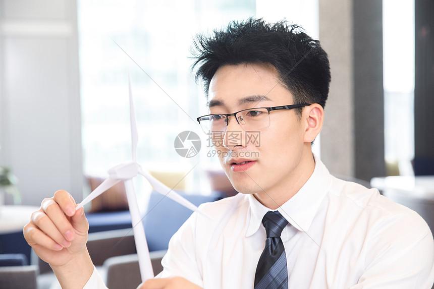 商务男士思考图片