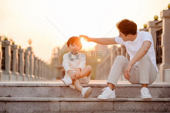 父子陪伴呵护图片