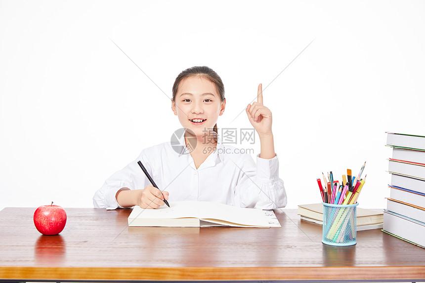 小学生写作业图片
