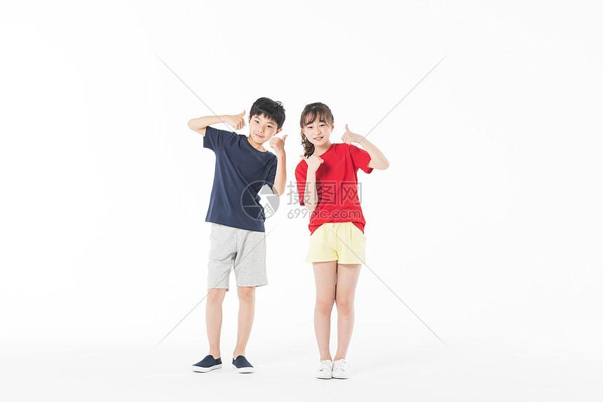 运动儿童举大拇指图片