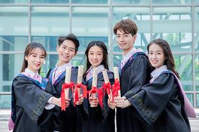 大学生拿毕业证书图片