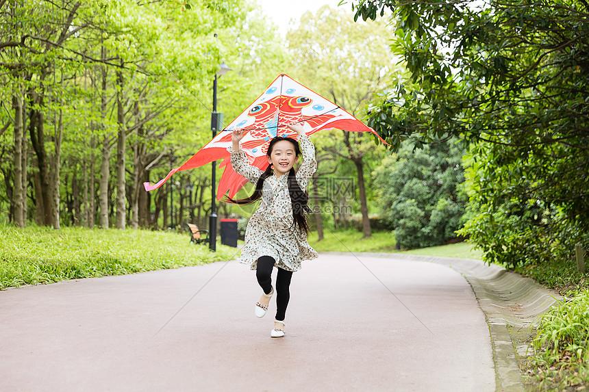 儿童节小女孩放风筝图片