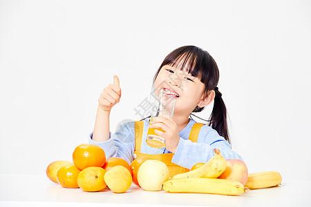 小女孩喝橙汁图片