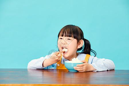 小女孩大口吃米饭图片