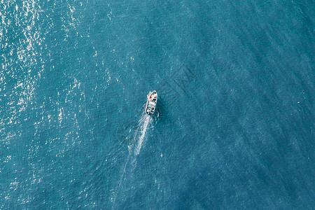 海上小舟图片