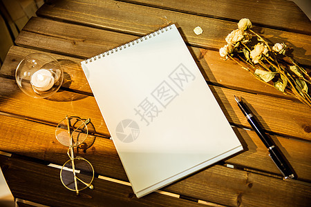 素描本在桌面上图片