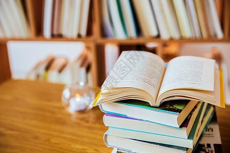 图书馆打开的书图片