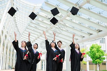 毕业生扔学士帽图片