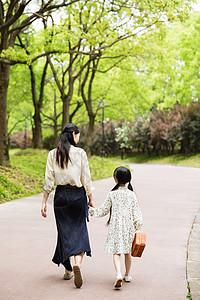 可爱母女散步背影图片
