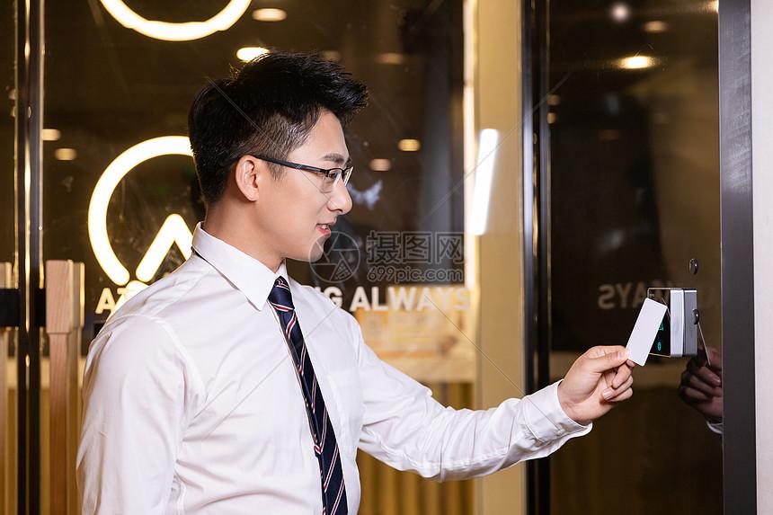 商务男性刷门禁卡图片