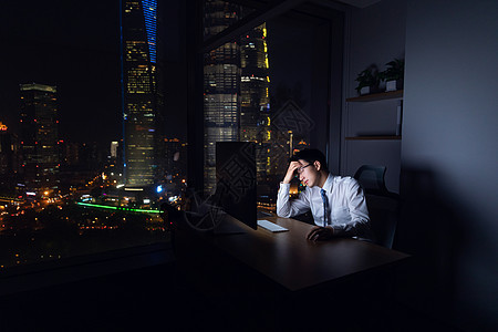 商务男士深夜加班烦躁图片