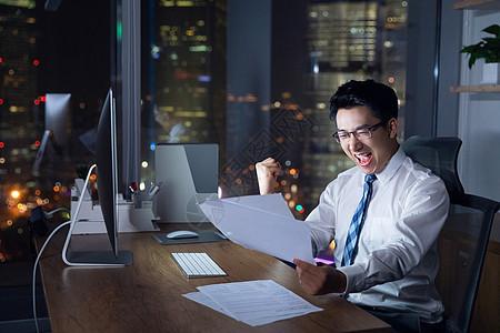 商务男士深夜加班图片