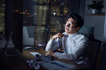商务男士深夜加班劳累图片