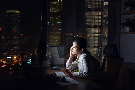 女性深夜加班劳累图片