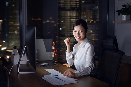 商务女性深夜加班加油图片