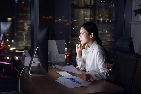 商务女性深夜加班图片