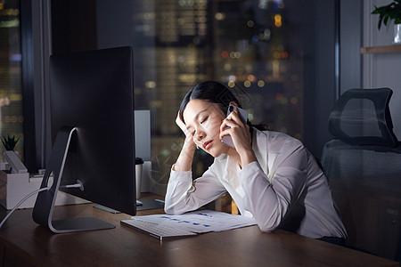 商务女性加班劳累打电话图片