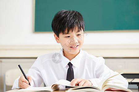 小学生在教室写作业图片