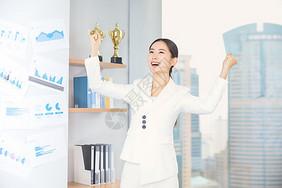 商务女士在办公室欢呼图片