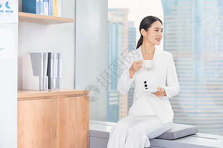 商务女士在办公室喝咖啡图片