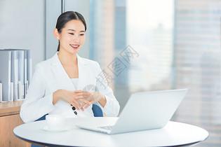 商务女士在办公室工作图片