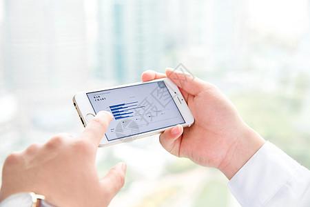 商务男性手机看图表图片