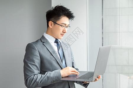 商务人士看电脑图片