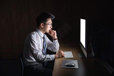 商务男性深夜加班图片