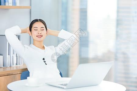 商务女士在办公室休息图片