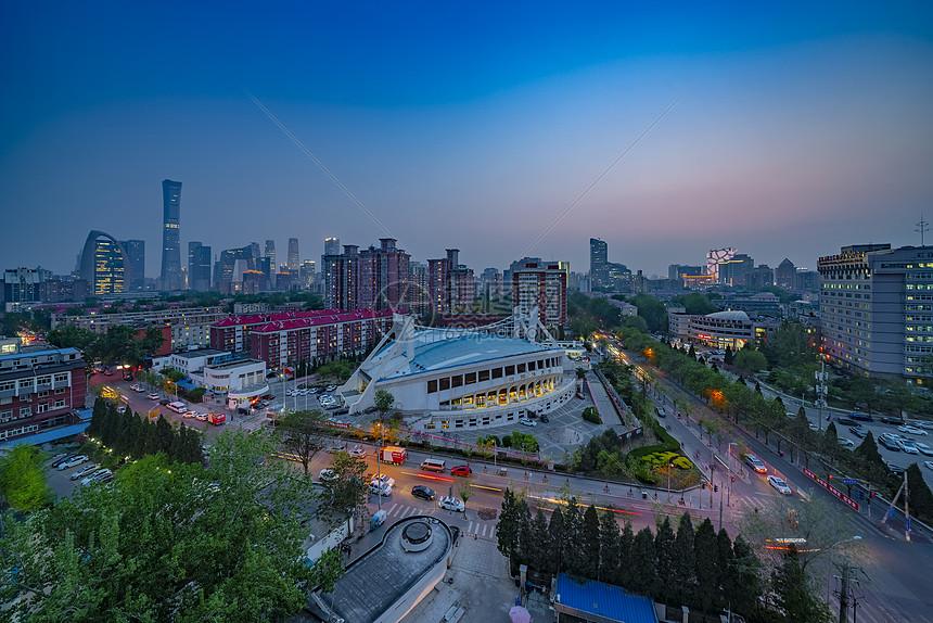 北京市中心车流夜景图片