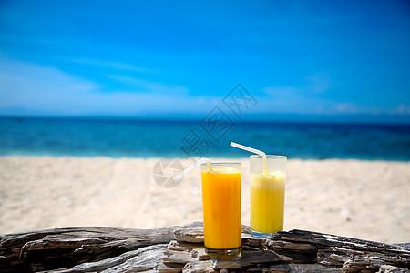 海边喝果汁图片