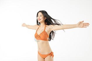 泳装可爱美女撑开双手图片