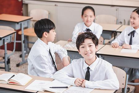 小学生教室聊天图片