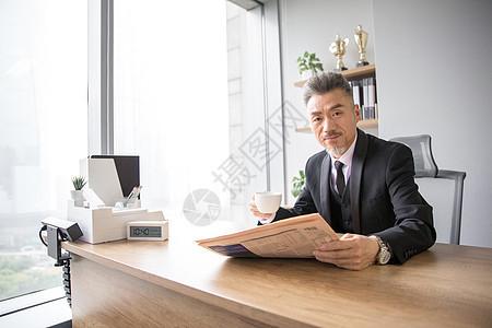 商务男士喝茶看报图片