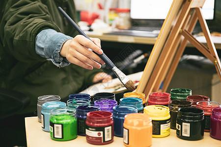 美术老师在画室作画图片
