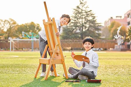 小学生在操场画画图片