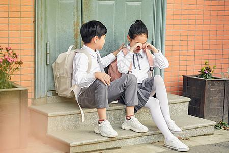 小女生安慰哭泣女孩关于男孩说说表白的给图片