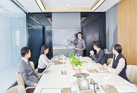 商务团队在会议室开会图片