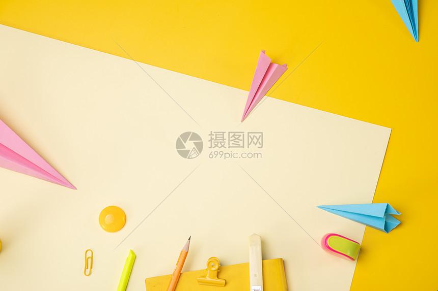 黄色创意桌面文具平铺图片