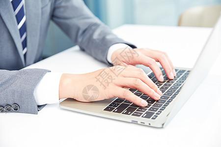 商务男士电脑办公打字图片