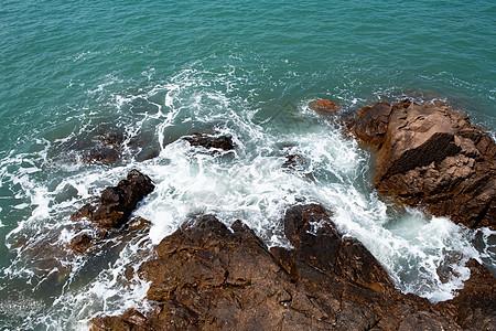 海浪礁石图片