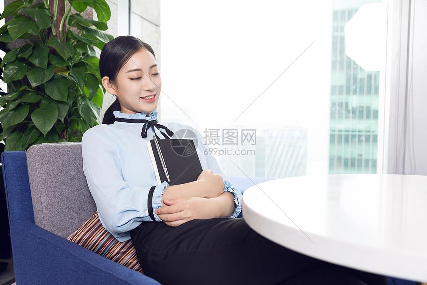 商务女性休息图片